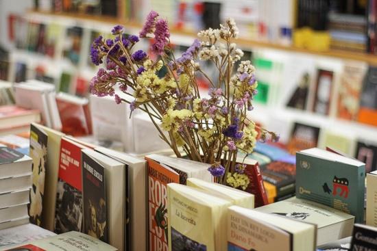 ¿Flores rotas? No, flores y libros