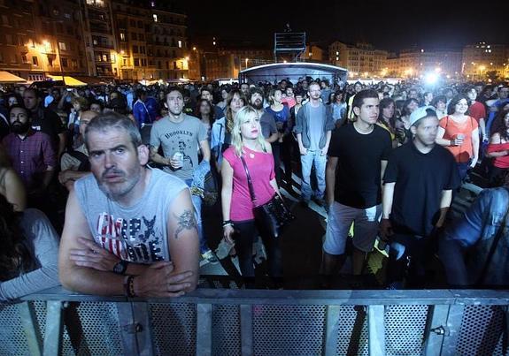 Público esperando al concierto de Niña Coyote eta Chico Tornado en 2014